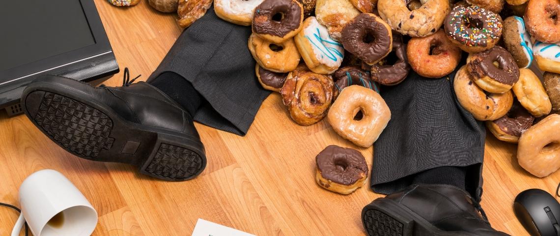 Un homme enseveli par des donuts