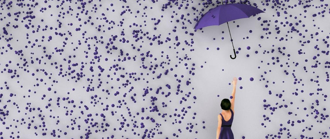 Une femme qui essaie d'attraper un parapluie violet