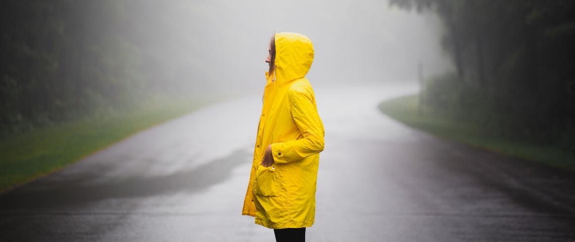 Une femme avec un ciré jaune
