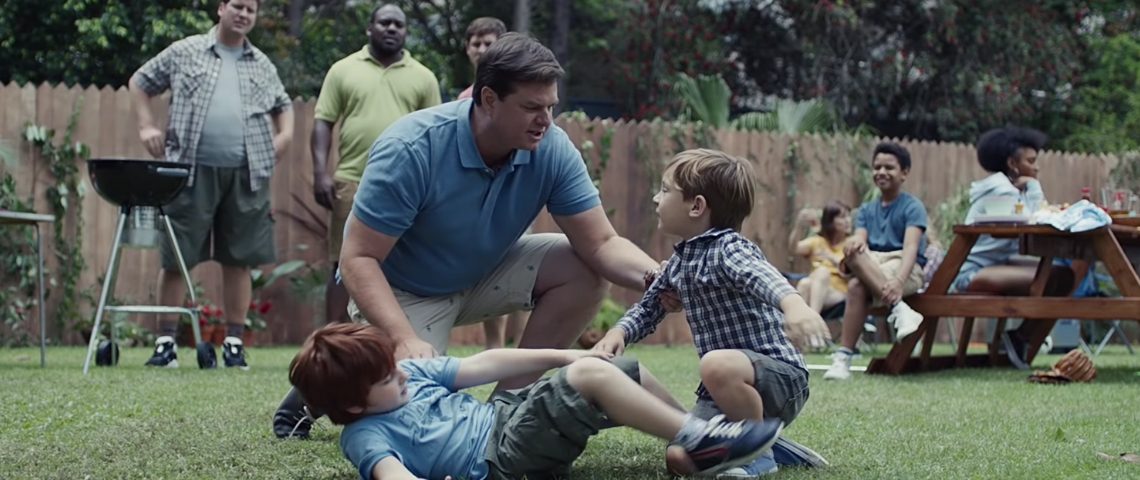 deux enfants se bagarrent dans un parc