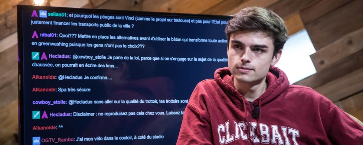Hugo Décrypte lors d'une émission twitch pour Public Sénat