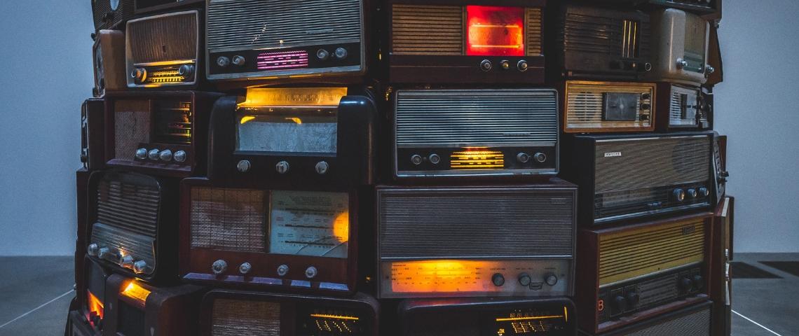 Une pile de vieux postes de radio