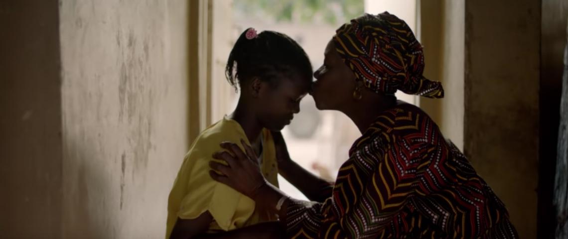Une femme qui embrasse sa fille