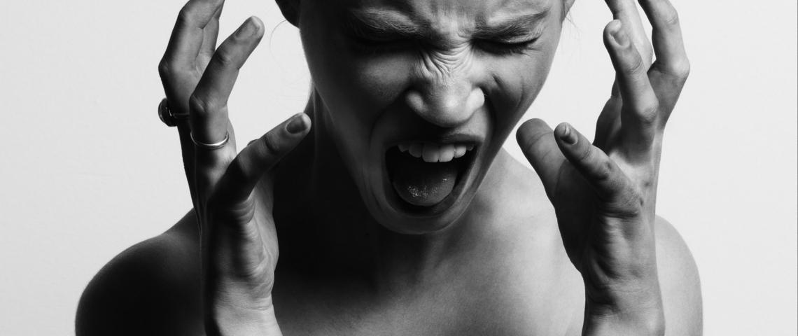 Une femme en noir et blanc qui crie