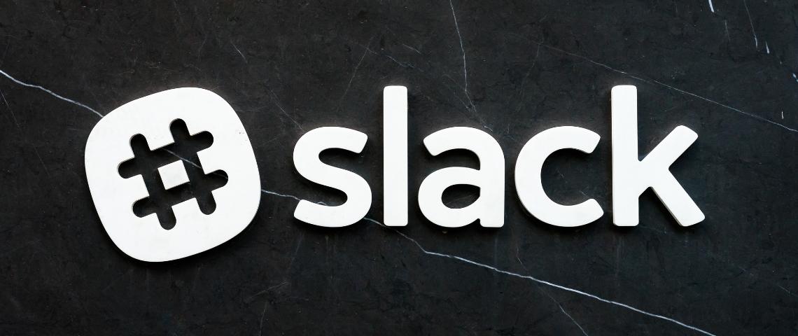 Logo Slack sur fond noir