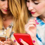 Deux femmes qui regardent leur smartphone