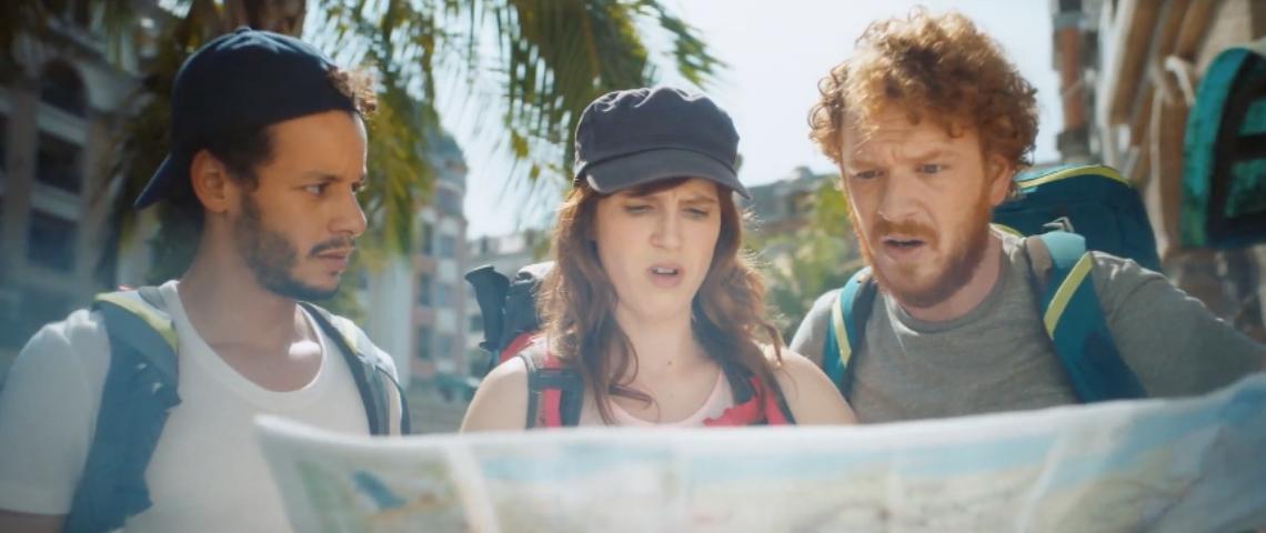 Trois personnes qui regardent une carte