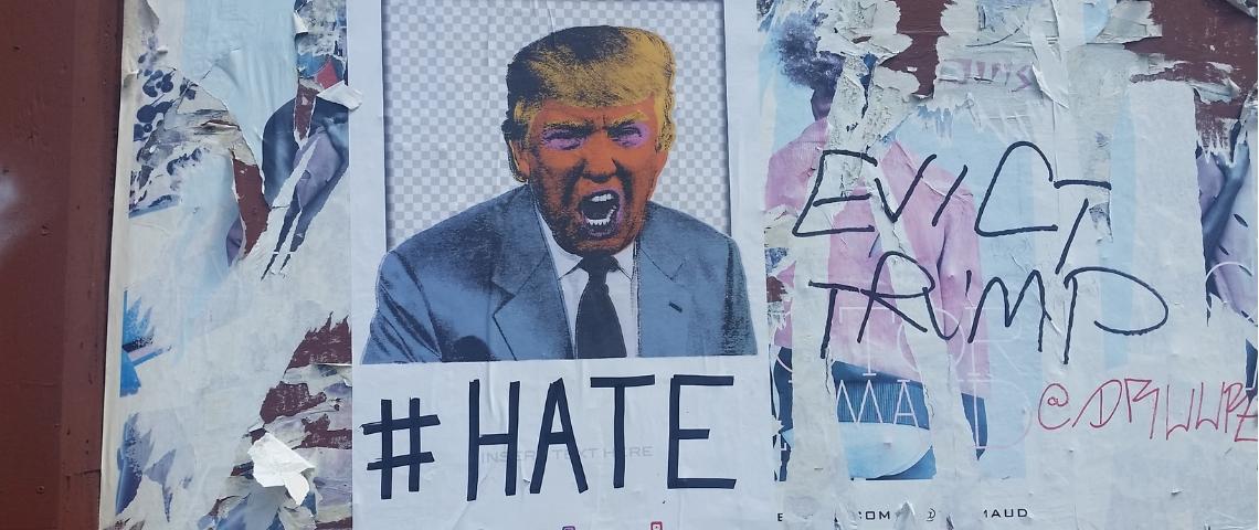 une affiche de trump avec le mot haine en dessous