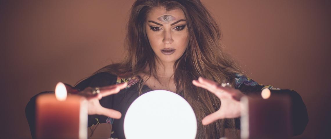 Une voyante qui lit dans sa boule de crystal