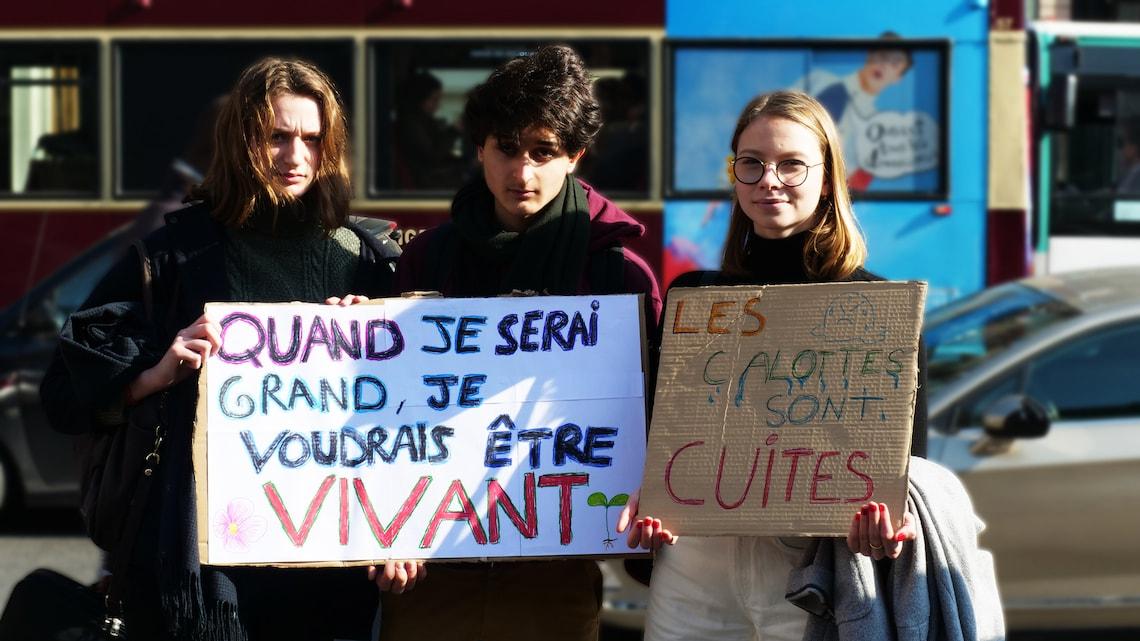 lycéen brandissant une pancarte justice pour le climat