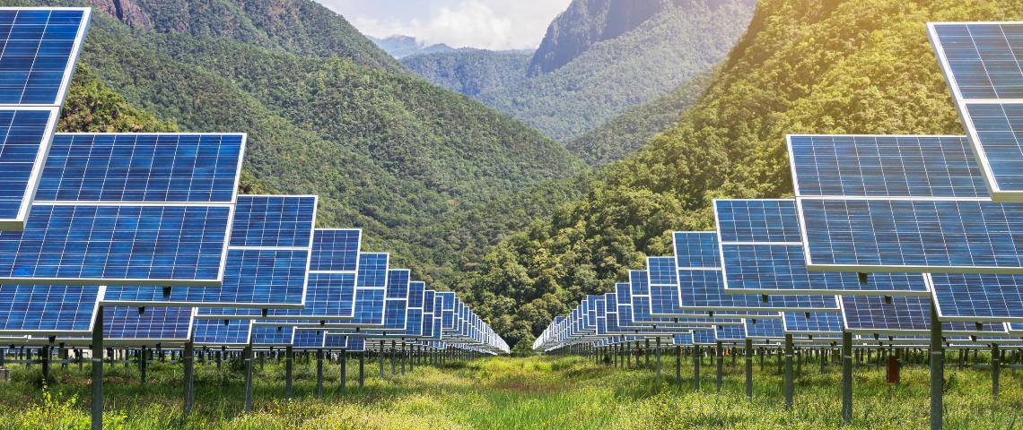 panneaux solaires montagnes et verdure