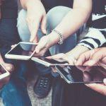 ados avec des smartphones
