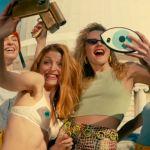 une bande de filles se prend en selfie