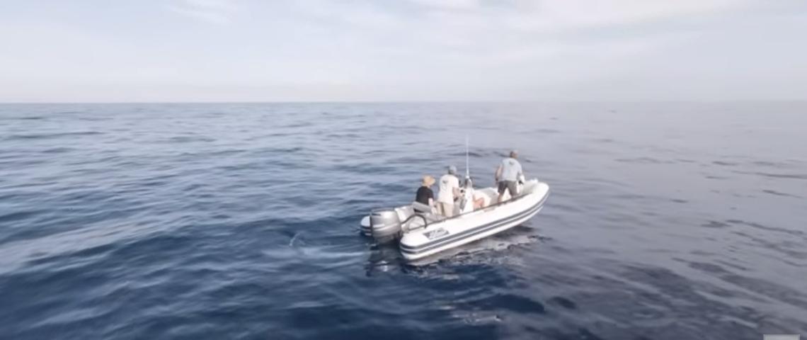 Un bateau sur la mer