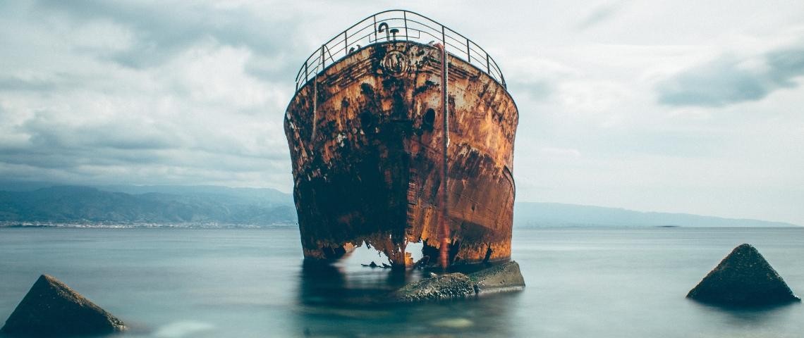 un bateau rouillé échoué sur une plage