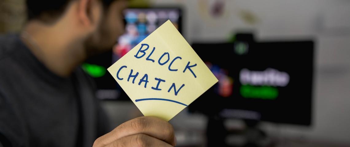 Un post-it avec écrit Blockchain