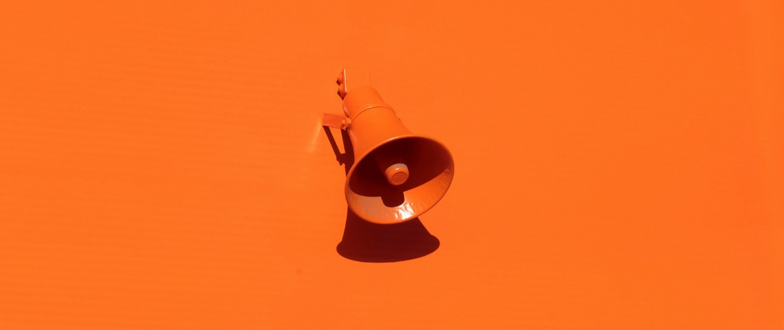 mégaphone sur mur orange