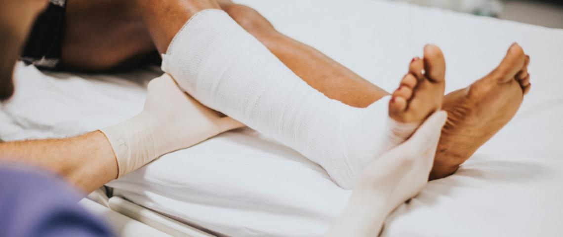 Une jambe dans un plâtre