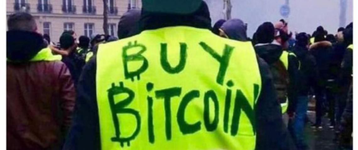 un gilet jaune avec l'inscrpition buy bitcoin