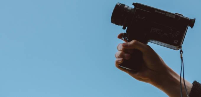 Une main avec une caméra