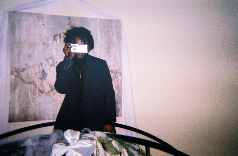 un homme se prend en photo devant le miroir