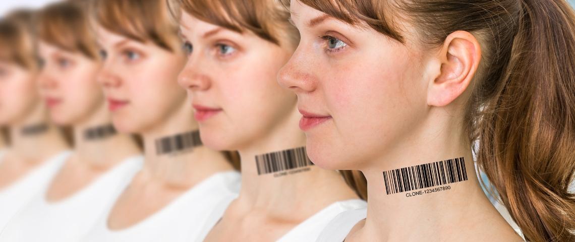 une rangée de jeunes femmes avec des codes barres imprimés dans le coup