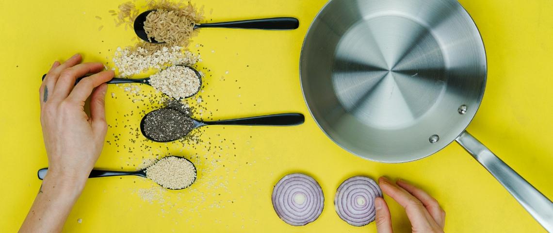 Des poêles et des épices sur un fond jaune