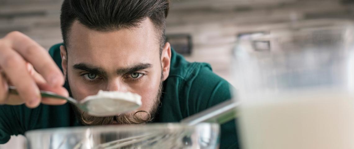 Un homme en train de faire de la cuisine