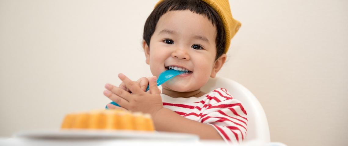 Un enfant en train de manger