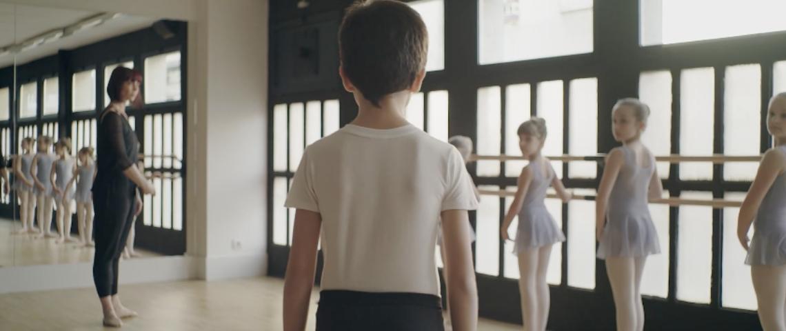Un petit garçon à un cours de danse classique