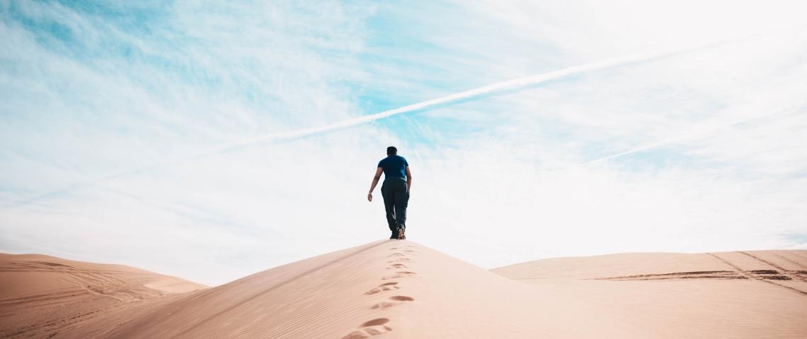 un homme seul au milieu du désert