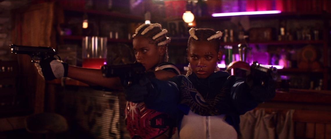Deux femmes noires avec des pistolets