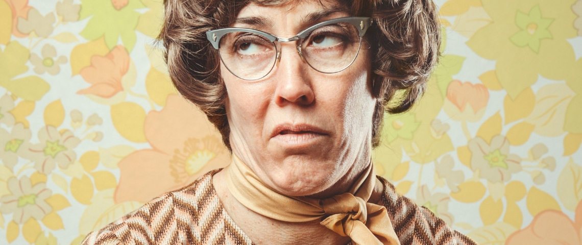 femme à lunettes ringarde sur fond papier peint