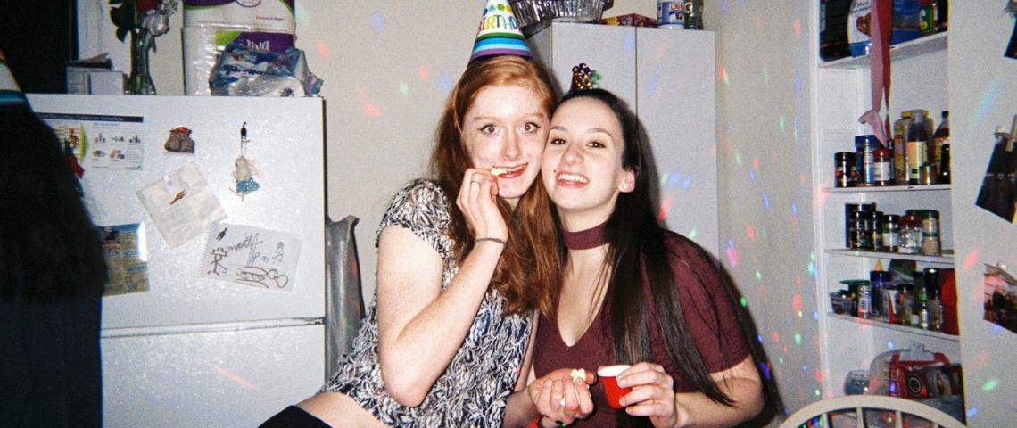 deux filles lors d'une fête d'anniversaire