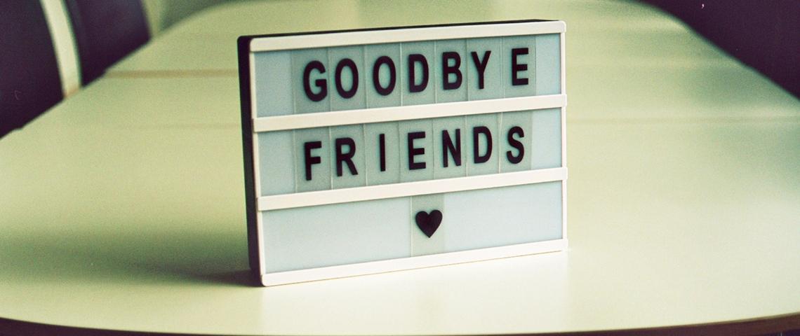 Un panneau avec écrit  - Goodbye Friends -