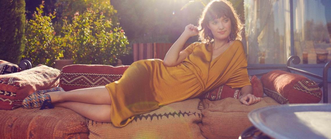 Une femme sur un canapé