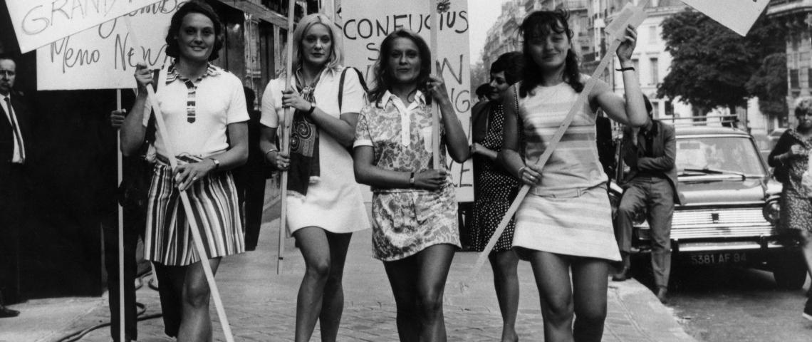 Des femmes en mini qui manifestent