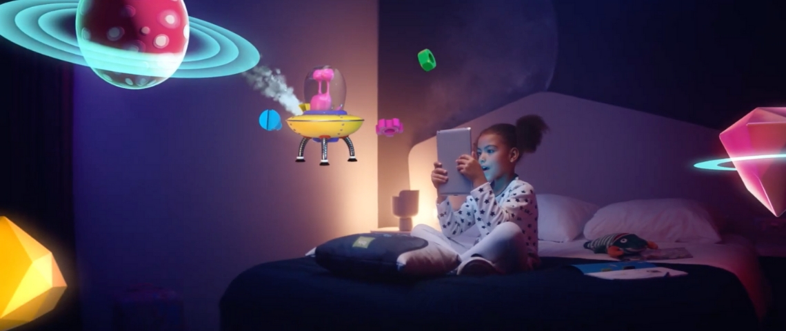 Une petite fille assise sur un lit