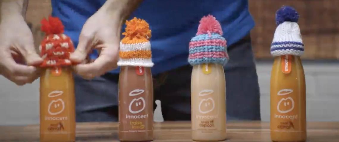 Des bouteilles de smoothie innocent avec des bonnets