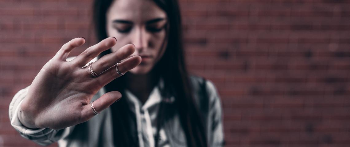 Une jeune femme triste avec la main en avant