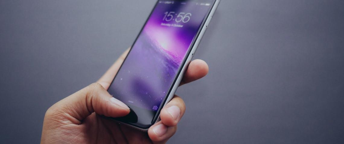 Une main qui tient un smartphone