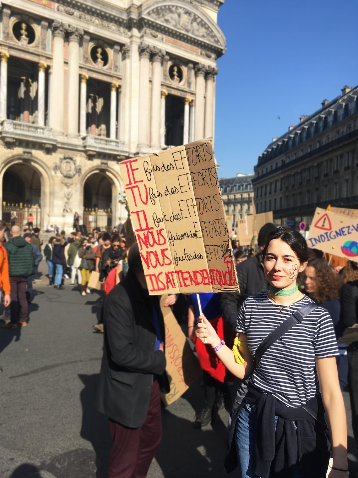 jeune lycéenne brandissant une pancarte