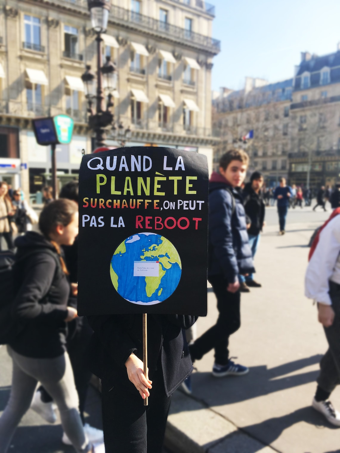 jeune lycéen tenant une pancarte