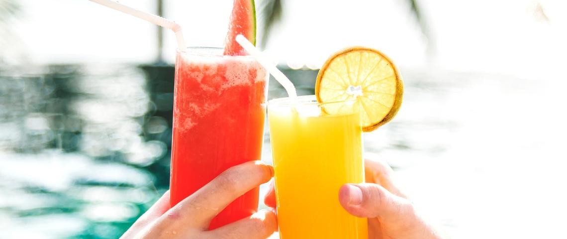 Deux verres de jus de fruits