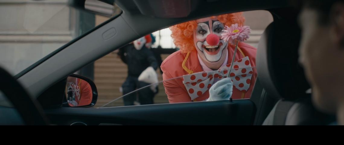 Un clown à la fenêtre d'une voiture