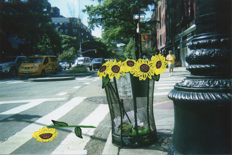 une poubelle pleine de fleurs à NY