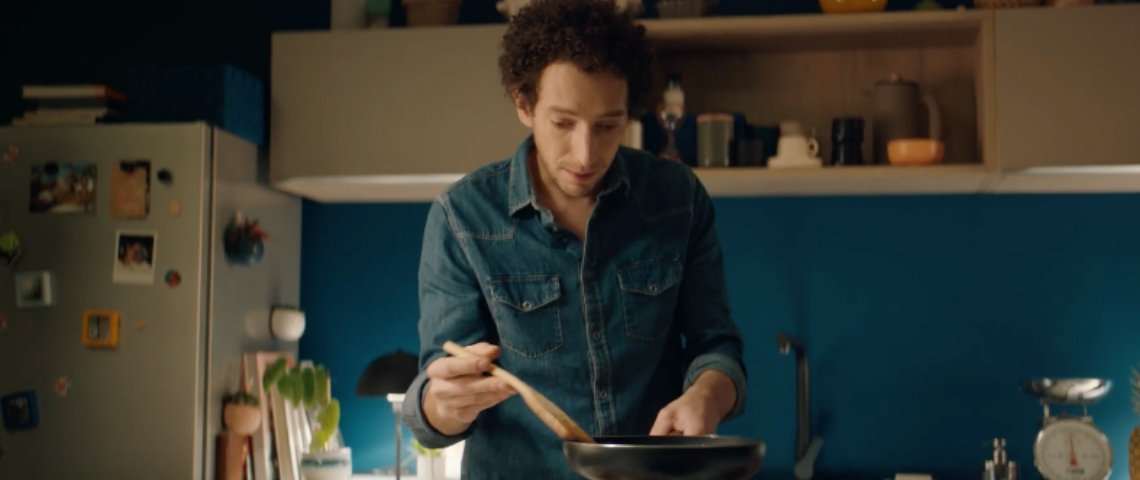 Un homme entrain de cuisiner