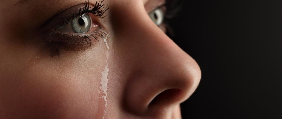 une femme pleure