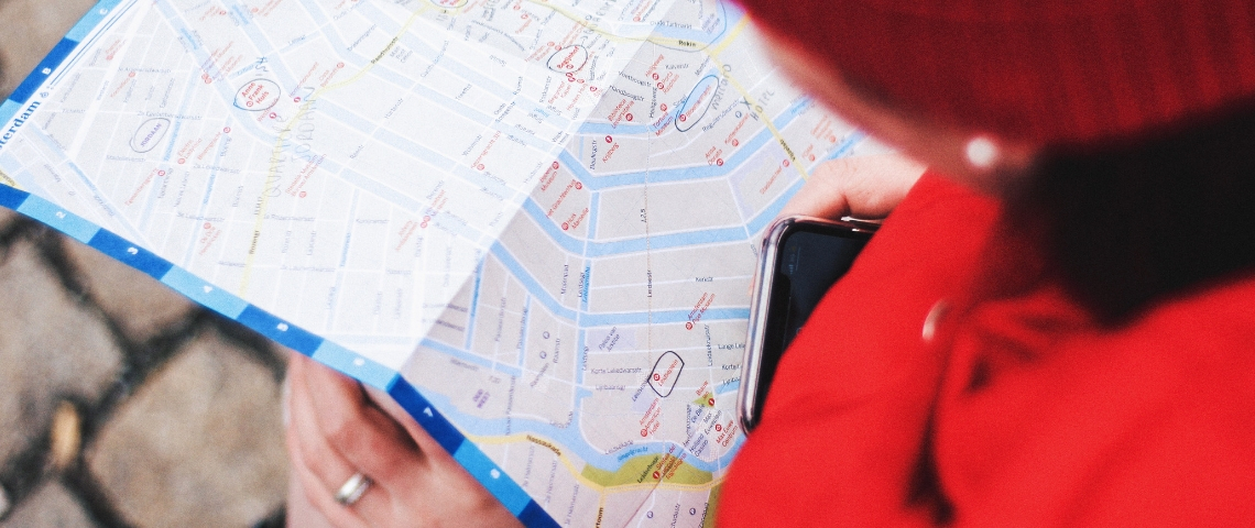 Une personne qui regarde une carte d'Amsterdam