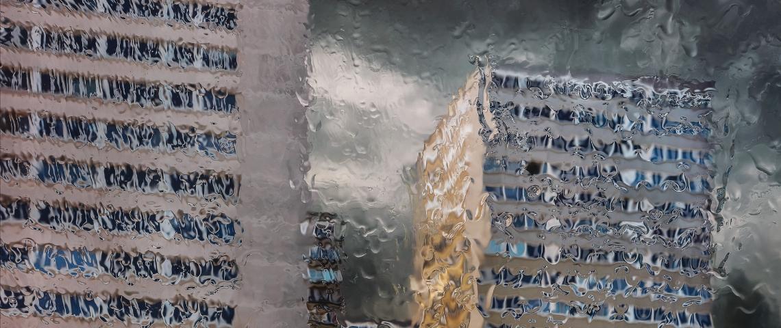 Des immeubles flous à cause de la pluie